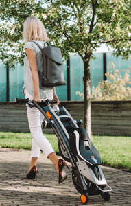 Mujer con scooter Stigo
